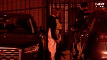 Sevgilisini bıçaklayan kadın, ambulansa götürüldüğü sırada da tekme savurdu