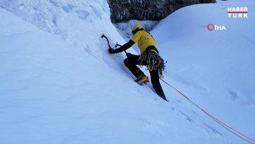 Buz şelalesine tırmandı