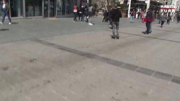 Taksim'de seyyar satıcılar kavga etti, kendilerini görüntüleyen gazetecilere saldırdı