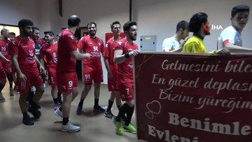 Takımlar maça evlilik teklifi pankartıyla çıktı