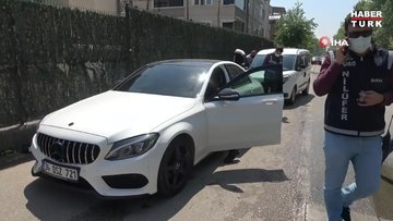 Lüks otomobili ile polisten kaçtı, silah ve sahte izin belgesiyle yakalandı