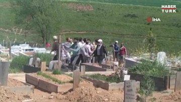 İşçiler mezarlıkta birbirine girdi: O anlar kamerada!
