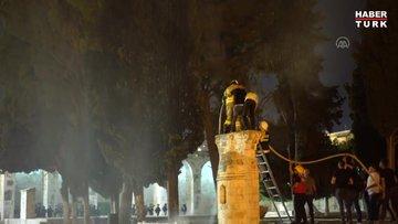 İsrail polisi, Mescid-i Aksa'ya girerek namaz kılan cemaate ses bombalarıyla saldırdı!