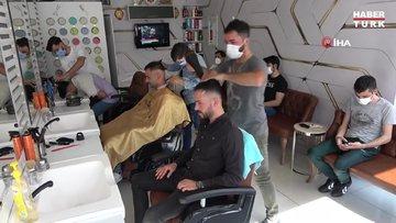 Tam kapanma sonrası berberlerde yoğunluk: Tıraş olmak için saatlerce sıra beklediler
