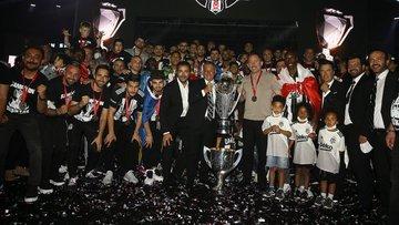 Şampiyon Beşiktaş kupasını aldı! Beşiktaş'ın kupa töreni...