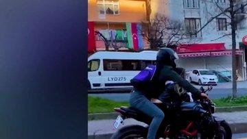 Motosiklet üzerinde kız arkadaşıyla yer değiştirdi