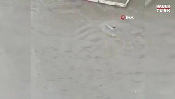 Yağmur sonrası araçta mahsur kalan vatandaşı halat yardımıyla yüzerek böyle kurtardı