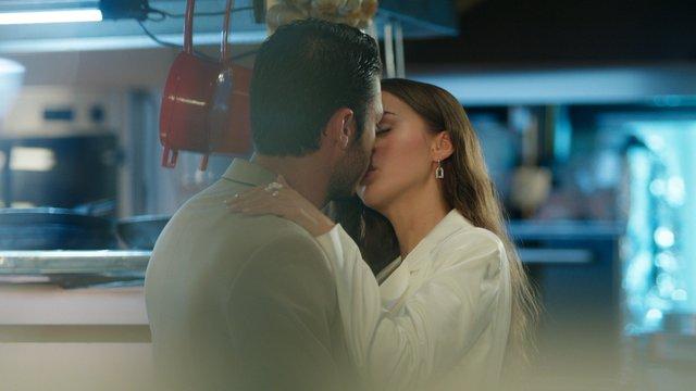 Cem, Leyla'yı öpüyor!