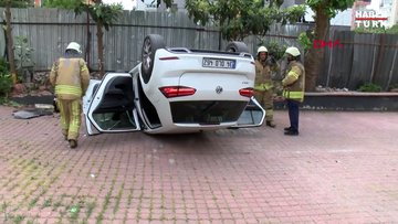 Kadıköy'de ağaç ve tabelaya çarpan otomobil ters döndü: 2 yaralı