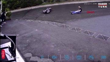 Motosikletten düşen sürücü oturur halde kayarak geldi, elinden tutup kaldırdı