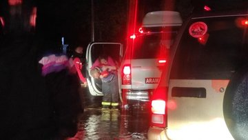 Düzce'de şiddetli yağış seli getirdi, ekipler seferber oldu