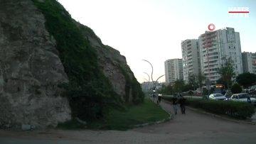 Şehrin göbeğinde düşmeye yakın olan kaya parçaları, yürekleri ağızlara getiriyor