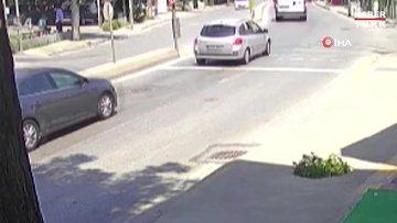 Pendik'te otomobilin sıkıştırdığı motosikletlilerin kaza yaptığı anlar kamerada