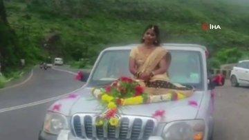 Hindistan'da araç kaputu üzerinde tehlikeli düğün pozu