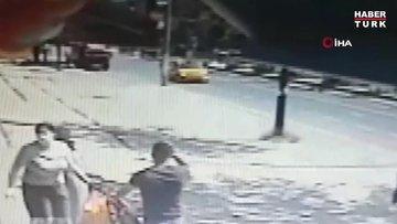 Yolun karşısına geçmeye çalışan çocuğa otomobil böyle çarptı