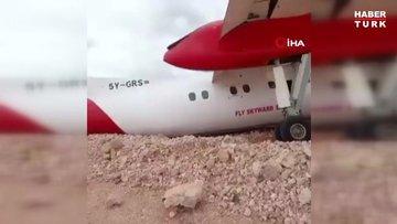Somali'de yolcu uçağı toprak zemine iniş yaptı