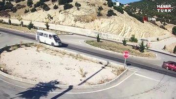Isparta'da otomobil ile çarpışan minibüs ikiye bölündü...O anlar kamerada