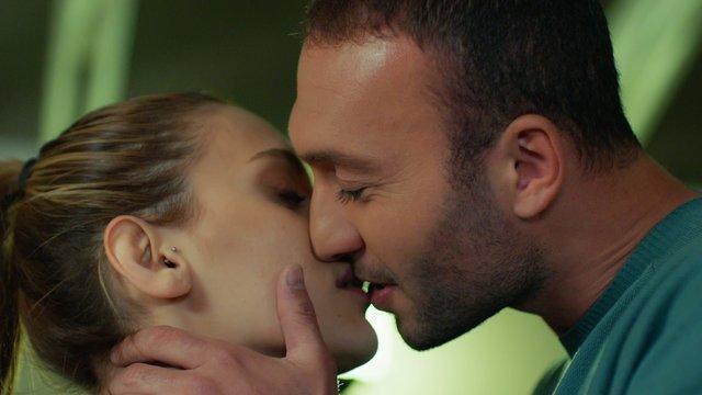 Uğur, Yonca'yı öpüyor!