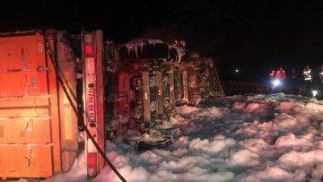 İzmir'de feci ölüm: Kaza yaptıktan sonra yanan TIR'ın sürücüsü kurtarılamadı
