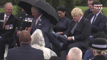İngiltere Başbakanı Boris Johnson törende şemsiyesi ters dönünce zor anlar yaşadı