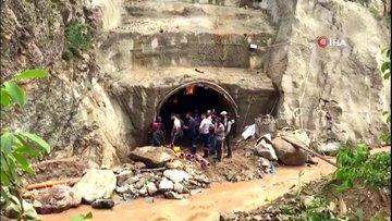 Tüneldeki selden saniyelerle kurtuldu