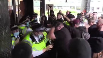 Londra'da aşı karşıtları BBC binasına saldırdı