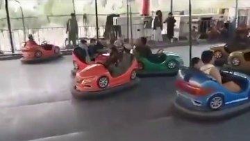 Taliban militanları Kabil'de bir lunaparkta böyle eğlendi!