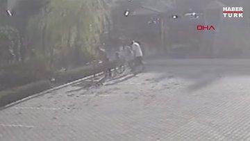 Çocukları salçaya taş attığı iddiasıyla dövdü; o anlar kamerada