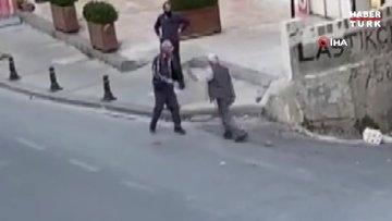 Ümraniye'de iki yaşlı amcanın kavgası görenleri şaşkına çevirdi...Kavga anları kamerada