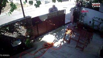 Komşuya yumruklu saldırı kamerada