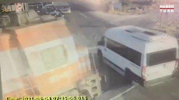 Yük treni işçileri taşıyan minibüse çarptı: 6 ölü, 7 yaralı! Çarpma anı kamerada