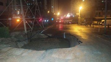 Adana'da su borusu patlayınca yol çöktü, binalara su bastı