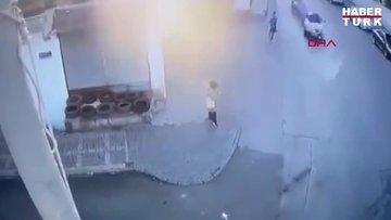 Ümraniye'de hızla iki yayanın arasından teğet geçen otomobil kaza yaptı! O anlar kamerada...